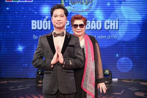 Ngọc Sơn 45 tuổi vẫn được mẹ hộ tống đi thi hát - 2