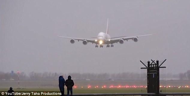 Máy bay A380 trổ tài hạ cánh chiều ngang trong bão lớn - 1