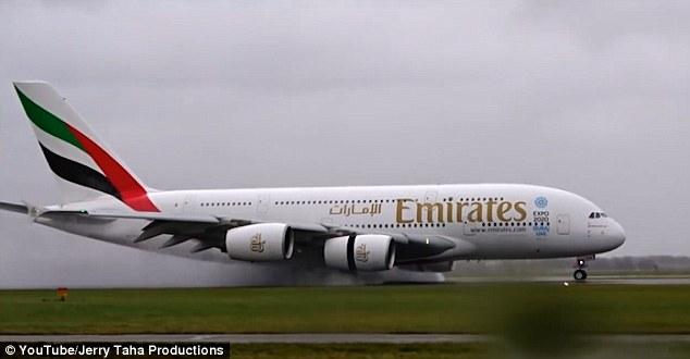 Máy bay A380 trổ tài hạ cánh chiều ngang trong bão lớn - 2