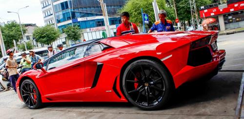 Siêu Lamborghini Aventador Roadster náo loạn Sài Gòn khi đổ xăng - 1