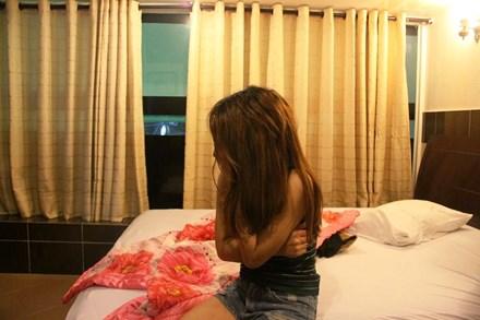 Đột kích khách sạn, gái bán dâm mình trần bỏ chạy - 1