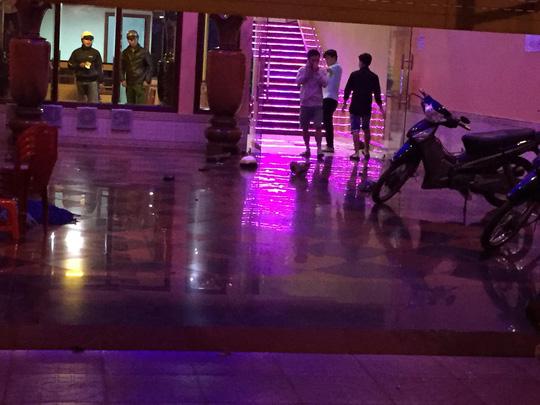 Hai nhân viên quán karaoke bị chém trọng thương - 1