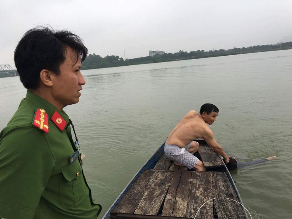 Công an kịp thời cứu người phụ nữ chới với giữa sông - 2
