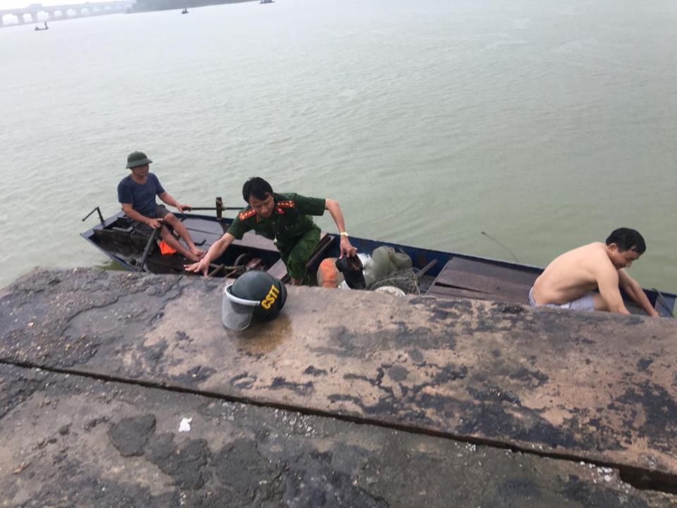 Công an kịp thời cứu người phụ nữ chới với giữa sông - 1