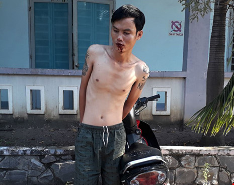 Chủ quầy tạp hóa quật ngã tên trộm xe máy - 1