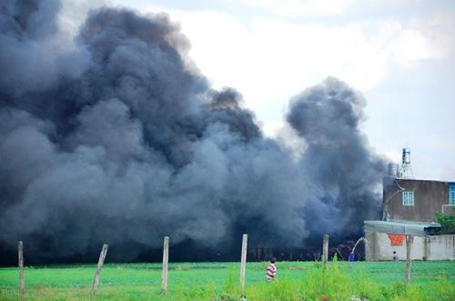 Khói lửa bao trùm xưởng sản xuất mũ bảo hiểm ở ngoại ô Sài Gòn - 2