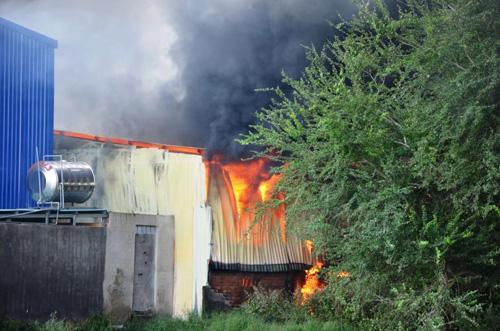 Khói lửa bao trùm xưởng sản xuất mũ bảo hiểm ở ngoại ô Sài Gòn - 1