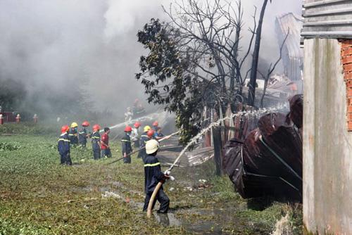 Khói lửa bao trùm xưởng sản xuất mũ bảo hiểm ở ngoại ô Sài Gòn - 3