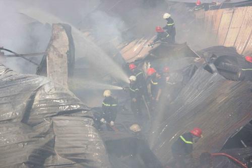Khói lửa bao trùm xưởng sản xuất mũ bảo hiểm ở ngoại ô Sài Gòn - 5