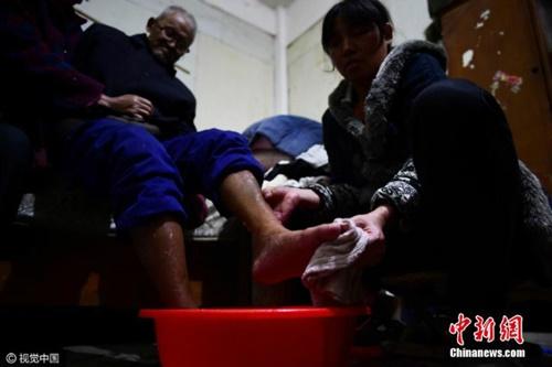 Cảm phục tấm lòng con gái dành cho cha bại liệt - 3