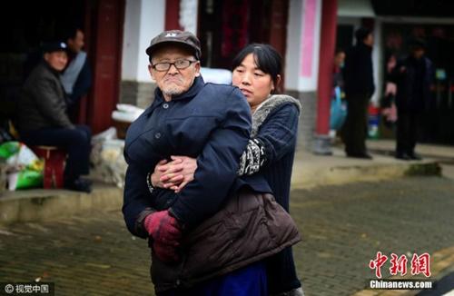 Cảm phục tấm lòng con gái dành cho cha bại liệt - 4