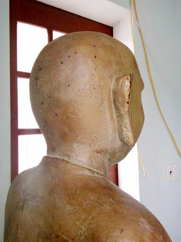 Cận cảnh pho tượng gỗ mặc comple, đeo cà vạt - 5