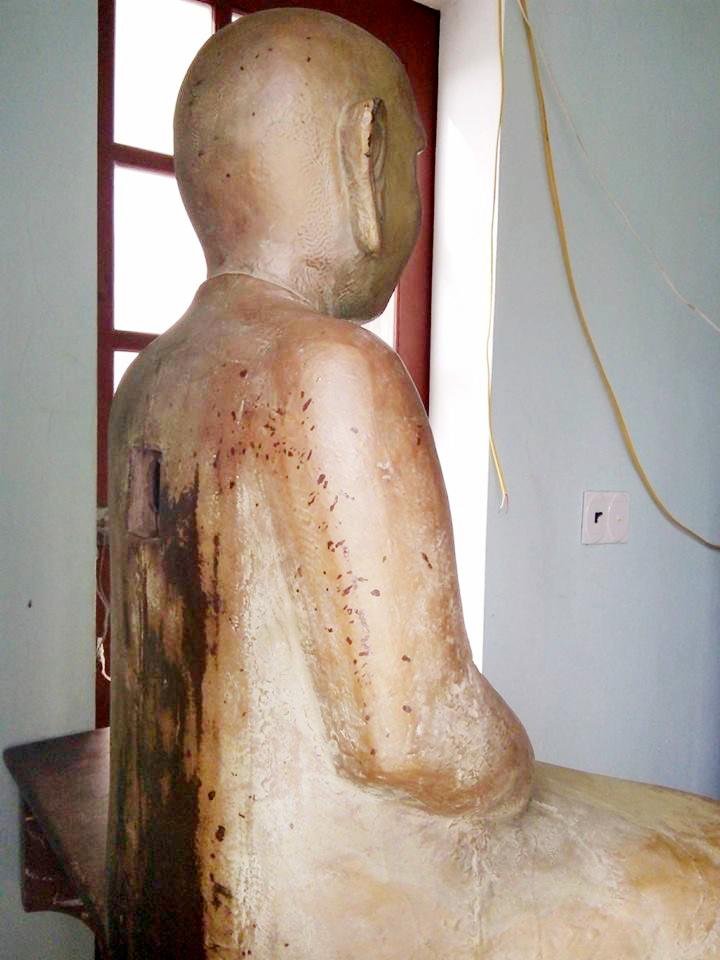 Cận cảnh pho tượng gỗ mặc comple, đeo cà vạt - 8