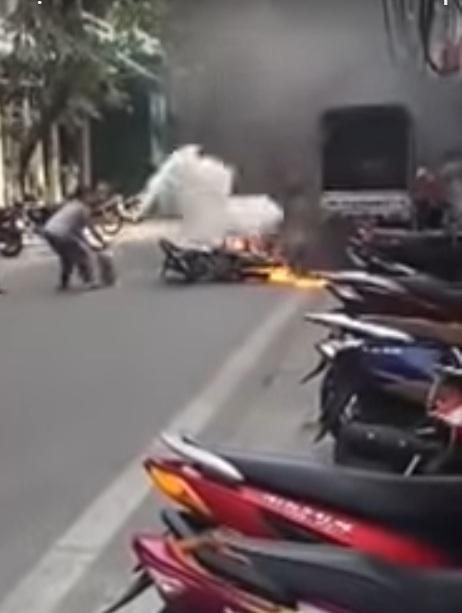 """Gặp """"lão bà"""" ở HN dập tắt đám cháy xe máy trong tích tắc - 1"""