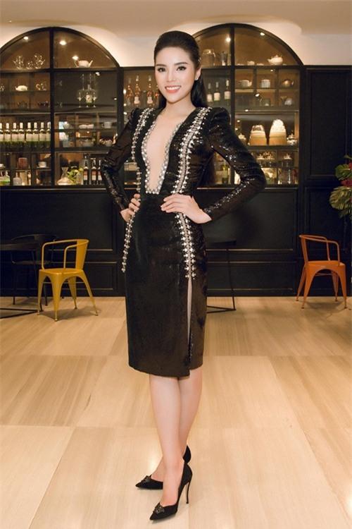 Hoa hậu Kỳ Duyên liên tiếp mặc táo bạo sau khi Nam tiến - 3