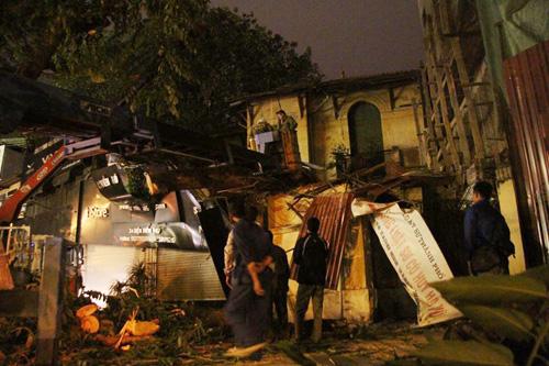 Hà Nội: Cây cổ thụ bất ngờ đổ vào nhà dân trong đêm - 3