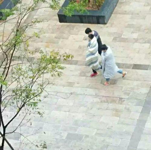 Trời quá lạnh, hai nam sinh TQ quấn chăn tới trường - 1
