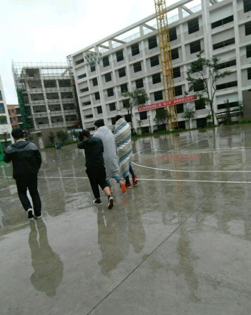 Trời quá lạnh, hai nam sinh TQ quấn chăn tới trường - 2