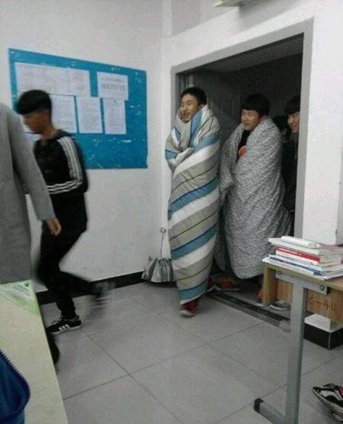 Trời quá lạnh, hai nam sinh TQ quấn chăn tới trường - 3