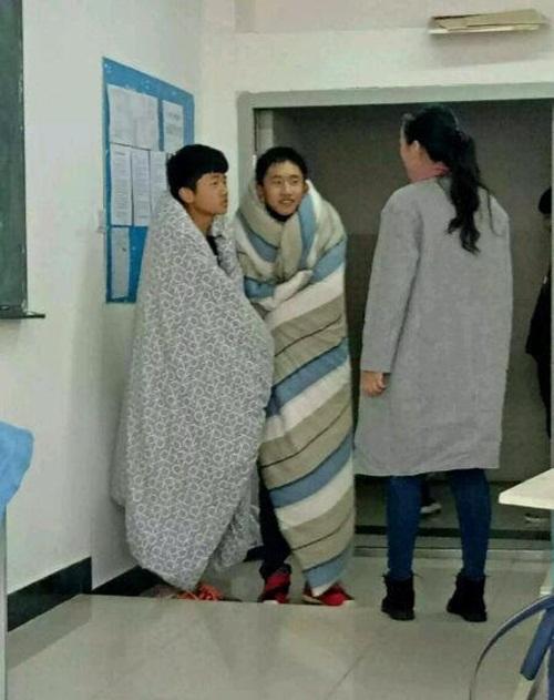 Trời quá lạnh, hai nam sinh TQ quấn chăn tới trường - 4