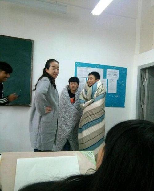 Trời quá lạnh, hai nam sinh TQ quấn chăn tới trường - 5