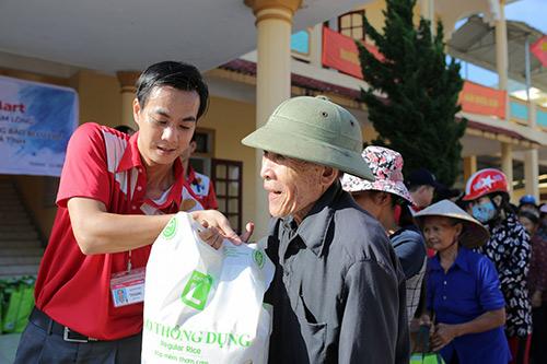 LOTTE Mart trao 600 phần quà cứu trợ cho đồng bào 2 tỉnh Hà Tĩnh, Quảng Bình - 1