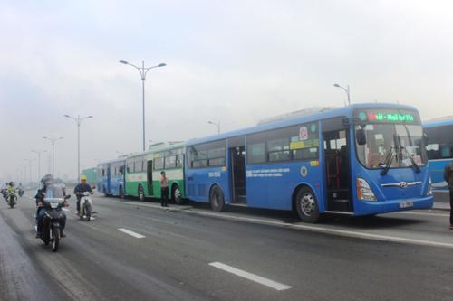 3 xe buýt tông nhau, hơn 100 hành khách khóc thét - 1