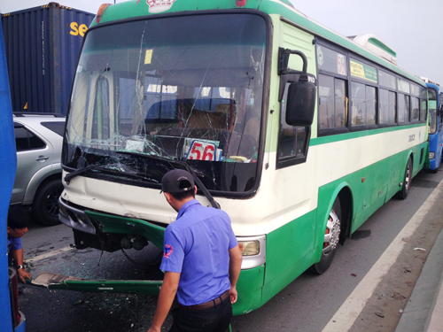 3 xe buýt tông nhau, hơn 100 hành khách khóc thét - 2