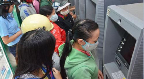 Người dân phải 'cõng' nhiều khoản phí khi dùng thẻ ATM - 1