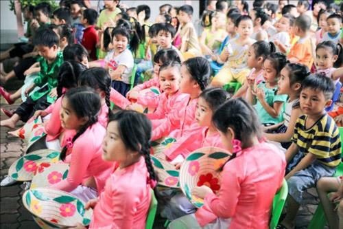 Mang niềm vui đến lớp học cho trẻ em ngoại thành - 5