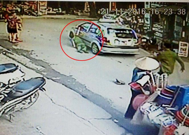 Bắt khẩn cấp tài xế taxi kéo lê công an giữa phố HN - 1