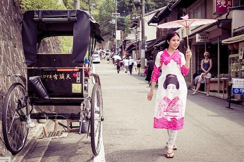 HH Ngọc Hân khoe vẻ kiều diễm với áo dài in họa tiết lạ - 1