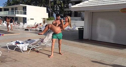 Hoa hậu siêu khỏe: Mặc bikini vác bạn trai lên vai - 1