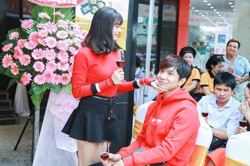 Vợ chồng Trương Quỳnh Anh tình cảm chốn đông người - 5