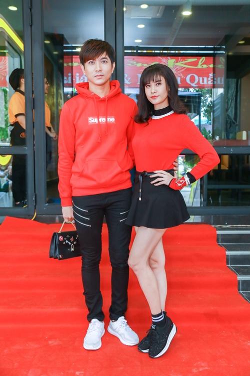 Vợ chồng Trương Quỳnh Anh tình cảm chốn đông người - 2