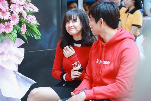 Vợ chồng Trương Quỳnh Anh tình cảm chốn đông người - 3