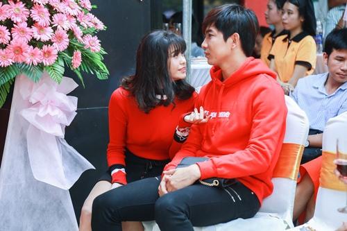 Vợ chồng Trương Quỳnh Anh tình cảm chốn đông người - 7