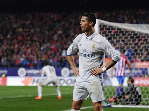 Ronaldo mặc quần lót khoe kỹ năng chơi bóng - 1