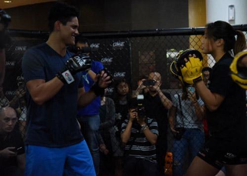 """Người hùng bơi châu Á """"vật lộn"""" với mỹ nữ võ MMA - 5"""
