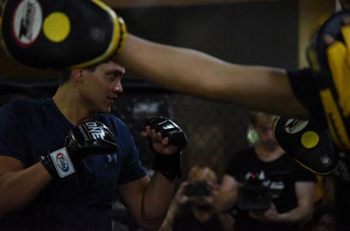 """Người hùng bơi châu Á """"vật lộn"""" với mỹ nữ võ MMA - 6"""