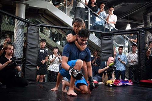 """Người hùng bơi châu Á """"vật lộn"""" với mỹ nữ võ MMA - 2"""