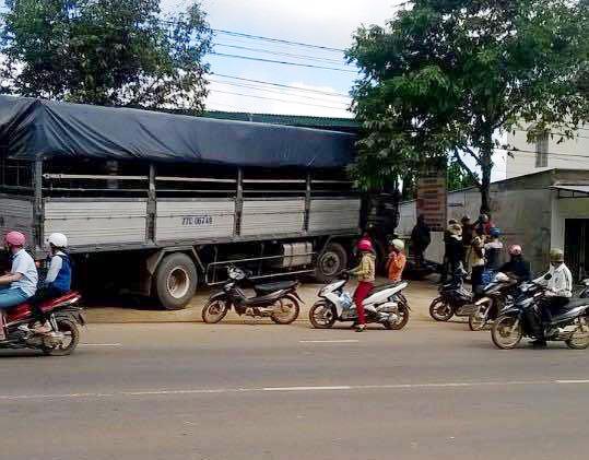 Xe tải không người lái gây náo loạn quốc lộ 26 - 1