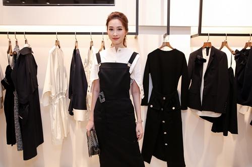Diễm My 9X khoe vẻ xinh đẹp với váy xuyên thấu - 3