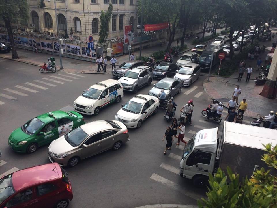 TP.HCM - Hà Nội: Black Friday và những hình ảnh đáng xem - 1
