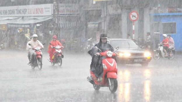 Bão, không khí lạnh ập đến cùng lúc, miền Trung mưa to - 1