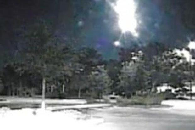 Vùng ánh sáng trắng chói lóa xuất hiện giữa đêm, nghi là UFO - 1