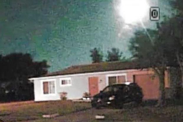 Vùng ánh sáng trắng chói lóa xuất hiện giữa đêm, nghi là UFO - 2