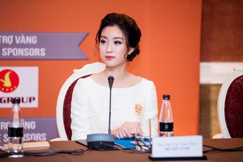 """Hoa hậu Mỹ Linh""""hút ánh nhìn"""" với váy trắng quyến rũ - 1"""