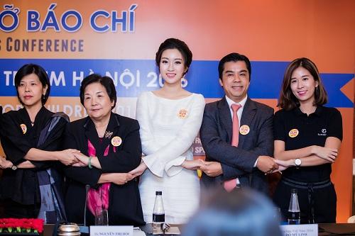 """Hoa hậu Mỹ Linh""""hút ánh nhìn"""" với váy trắng quyến rũ - 2"""
