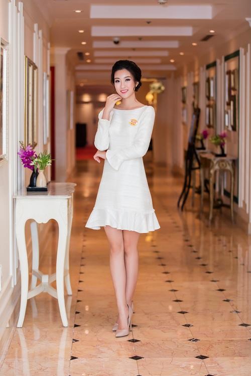 """Hoa hậu Mỹ Linh""""hút ánh nhìn"""" với váy trắng quyến rũ - 3"""